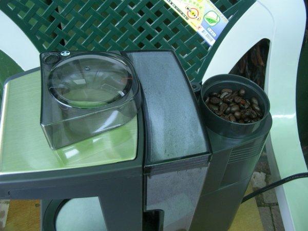 放入咖啡豆準備研磨